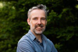 Peter Vergeer is relatietherapeut bij De Minstroom. Hij geeft oa eft-, EMDR-, ACT, Gestalttherapiën.